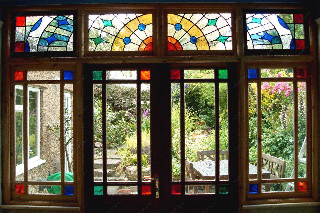 Витражные окна на балконе.